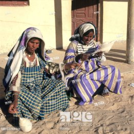 Tunisia, Douz, Berber women, Want to spin Africa, South Tunisia, ´Sabria´, women, natives, sitting, sand ground, handicrafts, handicraft, together, ha...